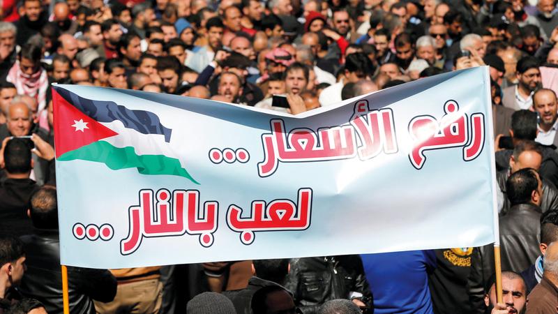 الاحتجاجات على تردي الأوضاع الاقتصادية تشكل ضغطاً على الحكومة الأردنية.  رويترز