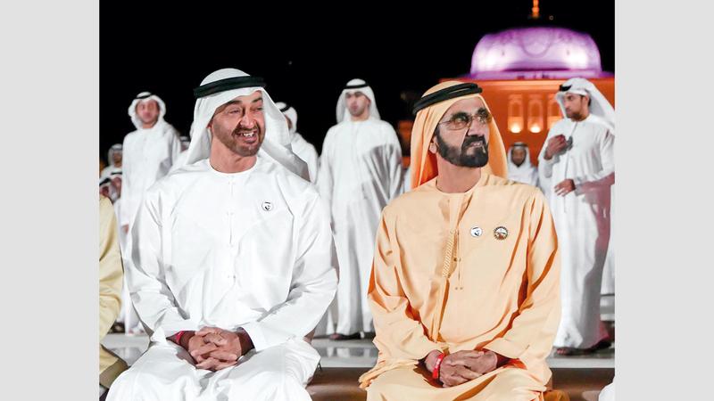 محمد بن راشد ومحمد بن زايد شاهدا عرضاً صوتياً وضوئياً في باحات «قصر الوطن» الخارجية. الإمارات اليوم