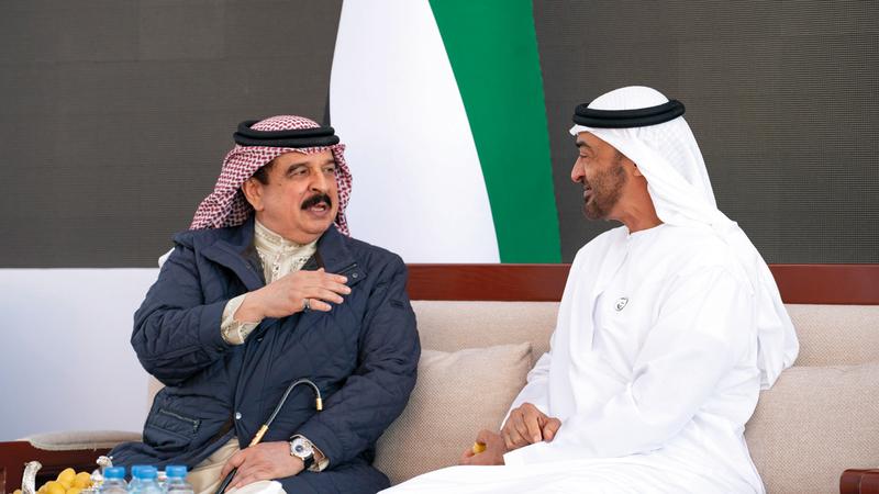 محمد بن زايد رحب بزيارة الملك حمد بن عيسى إلى بلده الثاني الإمارات. وام
