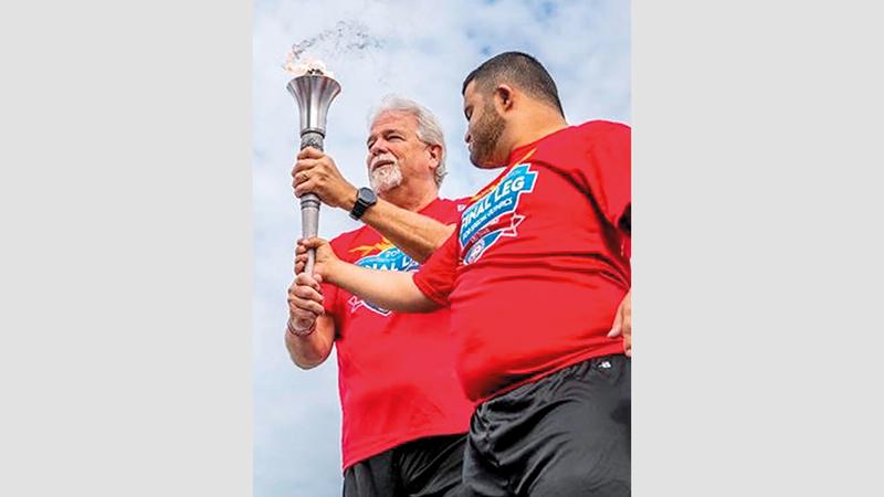 السبوسي خلال مشاركته في حمل «شعلة الأمل». من المصدر