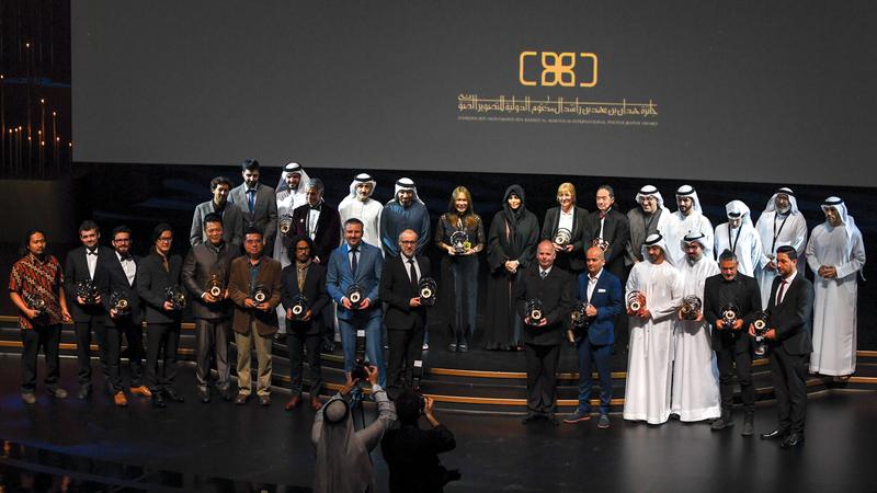 لطيفة بنت محمد تتوسّط الفائزين والمكرّمين خلال الحفل.  تصوير: أشوك فيرما