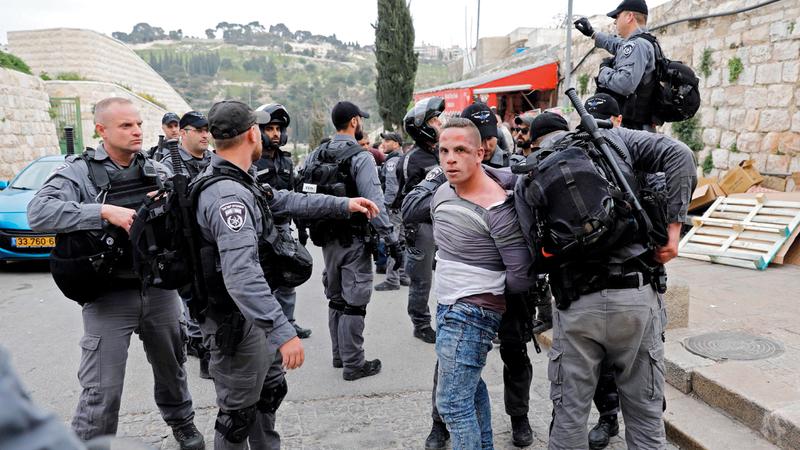 شرطة الاحتلال تعتدي على شاب فلسطيني بعد إغلاق المسجد الأقصى. أ.ف.ب