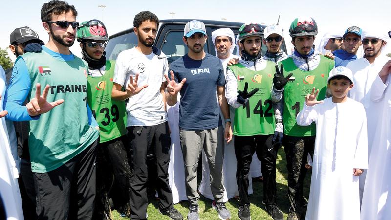 حمدان بن محمد يتوسط الأبطال. تصوير: باتريك كاستيلو