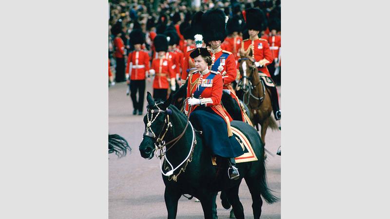 الملكة إليزابيث تسير في موكبها. من المصدر