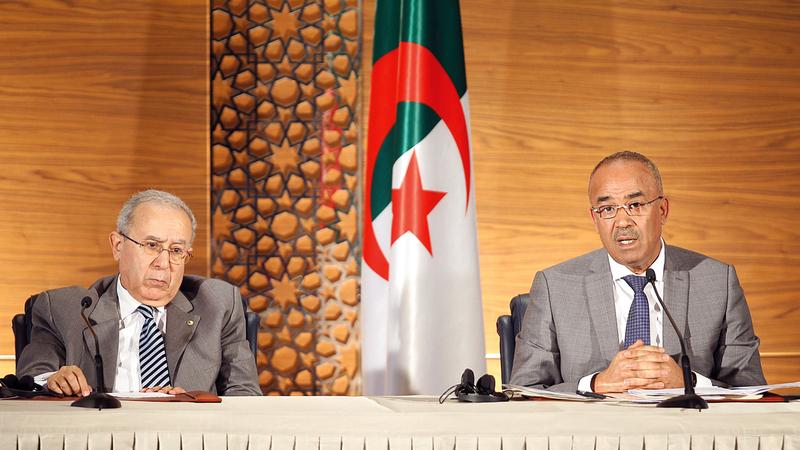رئيس الوزراء الجزائري «يمين»: الحكومة تضم «كفاءات» وستتولى السلطة «لمرحلة قصيرة».  أ.ب