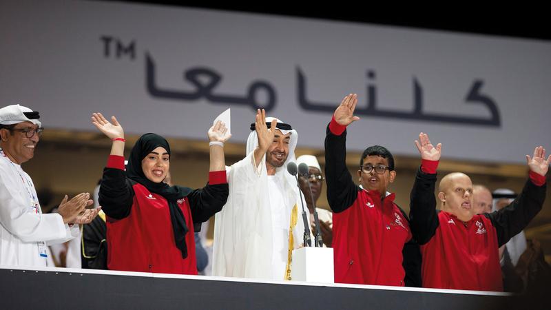 محمد بن زايد مع النجوم من أصحاب الهمم خلال افتتاح الألعاب العالمية.  وام