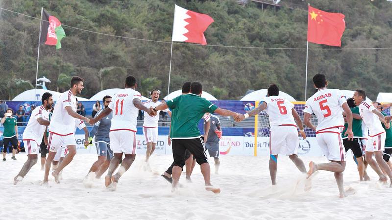 فرحة كبيرة للاعبين بعد الفوز المثير على عمان أمس في نصف النهائي الآسيوي.  من المصدر