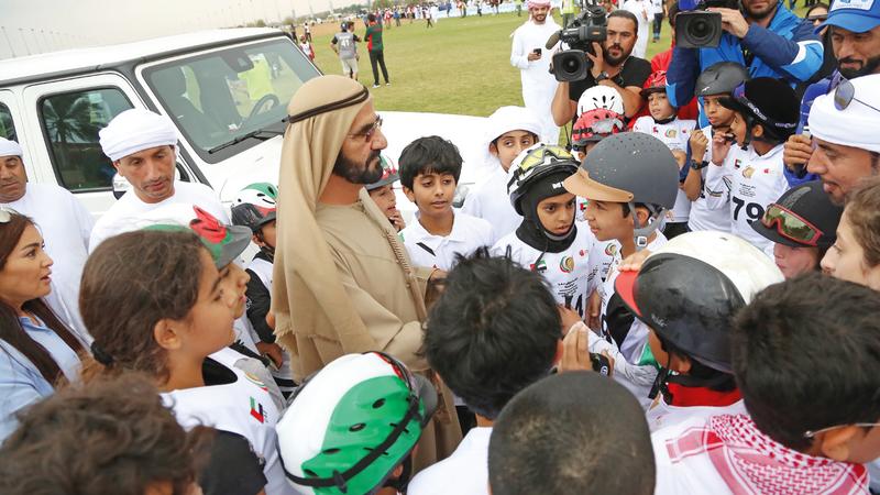 محمد بن راشد مع الفرسان الصغار خلال متابعته سباق البوني. تصوير: مصطفى قاسمي