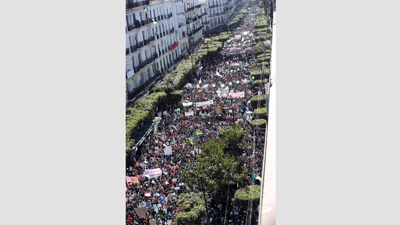 آلاف يتظاهرون في العاصمة الجزائرية رفضاً لتمديد حكم بوتفليقة. إي.بي.أيه