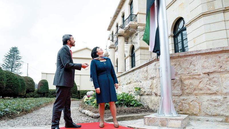عبدالله بن زايد وهارا خلال افتتاح سفارة الدولة في بوغوتا. وام