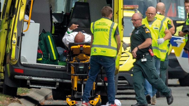 نقل أحد مصابي الهجوم الإرهابي على مسجد النور في نيوزيلندا. إي.بي.أيه