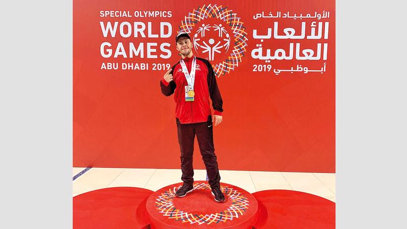 خالد البرغوثي على منصة التتويج. الإمارات اليوم