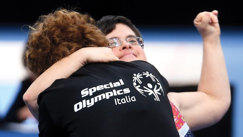 مدربة المنتخب الإيطالي تشارك لاعبتها الفرحة بعد الفوز في مسابقة الجمباز.