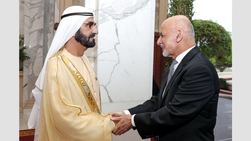 محمد بن راشد خلال استقباله الرئيس الأفغاني. وام