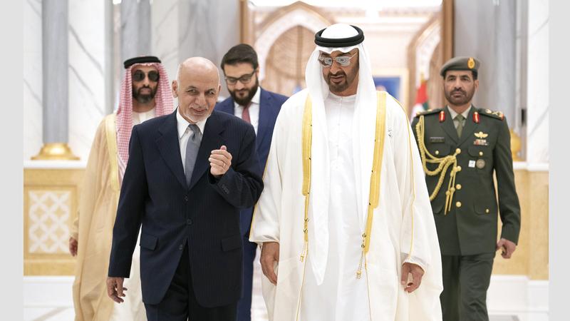 محمد بن زايد خلال استقباله الرئيس الأفغاني. وام