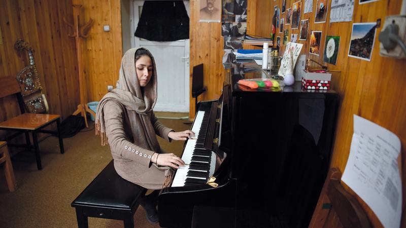 تحلم ديبا (21 عاماً) التي تقدم الأخبار على قناة «زان» وذبيح الله بتحقيق السلام في أفغانستان. أ.ف.ب