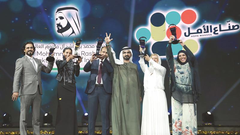 محمد بن راشد خلال تكريم الفائزين بجائزة صناع الأمل في دورة سابقة.  من المصدر