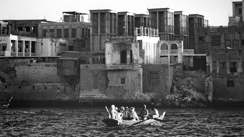 تصحب الصور زائر المعرض في رحلة عبر الزمن وتأخذه إلى مرحلة ما قبل النفط من خلال وجوه الحياة في دبي.  تصوير: أحمد عرديتي