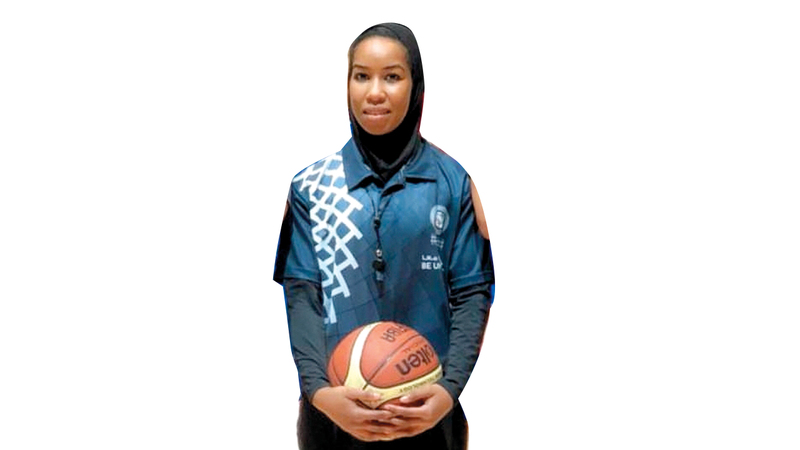 مريم مبارك خلال مشاركتها في إدارة إحدى مباريات السلة بدورة أبوظبي.  من المصدر.