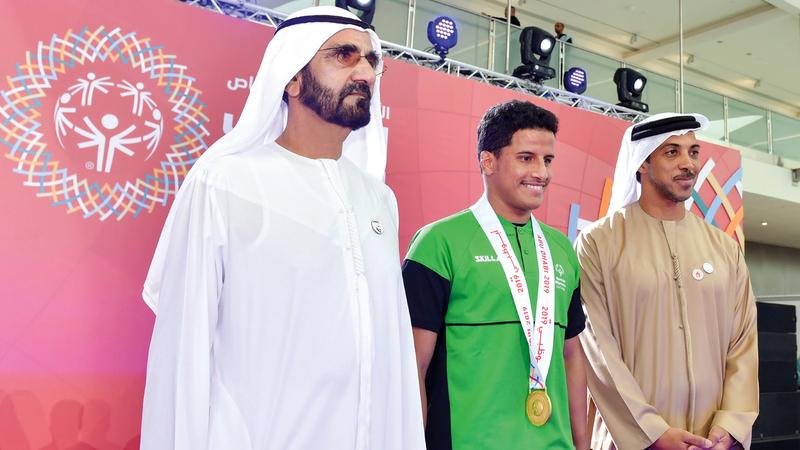 محمد بن راشد ومنصور بن زايد مع البطل السعودي حسن الحضركي. وام