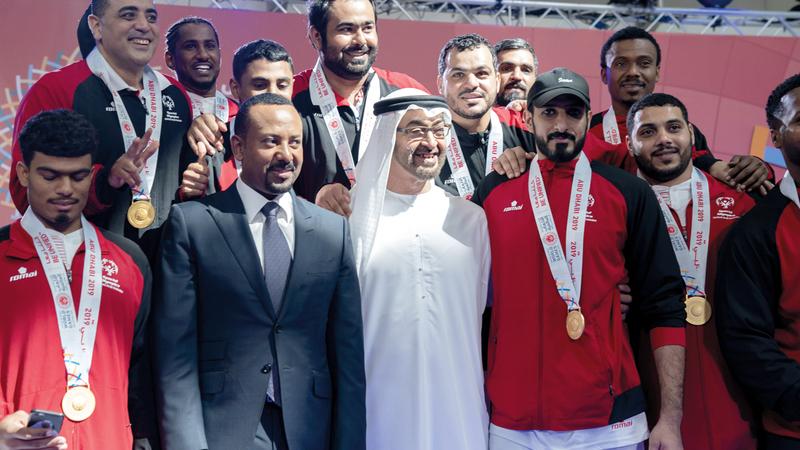 محمد بن زايد والدكتور أبي أحمد مع منتخب الإمارات لكرة اليد.  وام