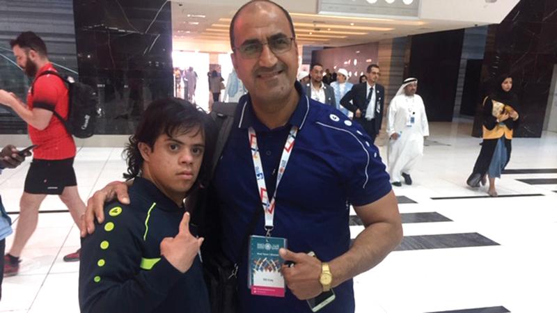 البطل العراقي عباس مع والده ومدربه ستار رحيم. الإمارات اليوم
