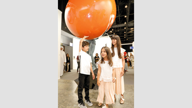 أنجال منصور بن زايد تجوّلوا في أرجاء المعرض الفني. الإمارات اليوم