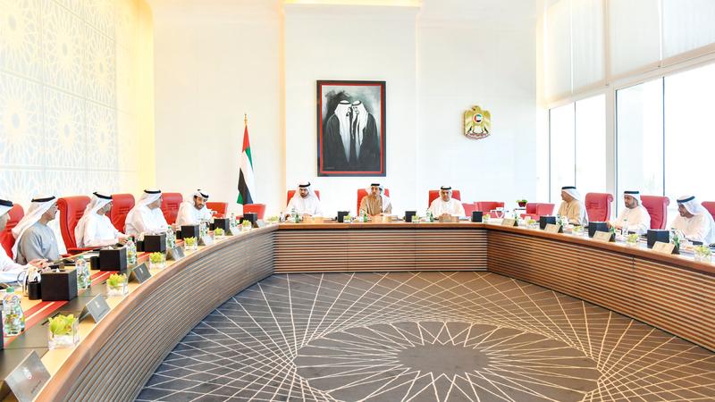 منصور بن زايد خلال ترؤسه اجتماع «الوزاري للتنمية».  وام
