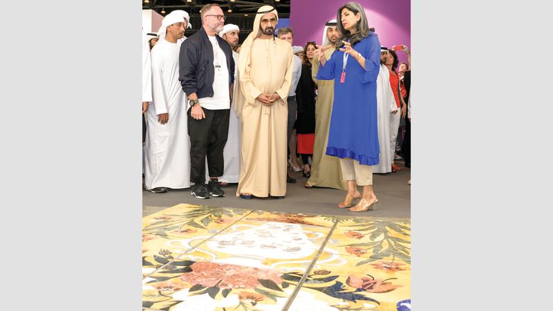 محمد بن راشد خلال جولته في أروقة المعرض مطلعاً على أعماله.  وام