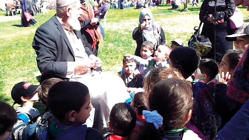 الحاج غسان يونس ينتظر يومياً وفود الأطفال القادمين مع عائلاتهم والرحلات المدرسية للتحدث إليهم واللهو معهم وتوزيع قطع الحلوى عليهم. من المصدر