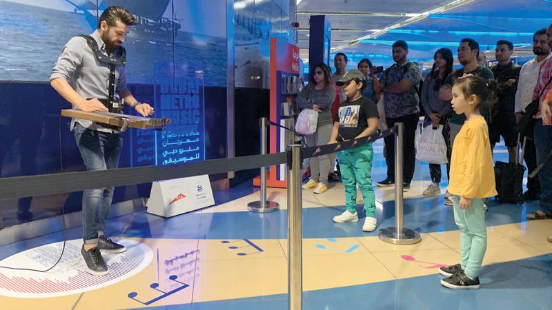 أنغام الفنانين المشاركين في المهرجان نجحت في اجتذاب روّاد مترو دبي.  الإمارات اليوم