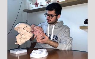 الصورة: شبابنا في الخارج ... سلطان الزرعوني يطمح إلى «بصمة خاصة» في جراحة المخ محلياً ودولياً