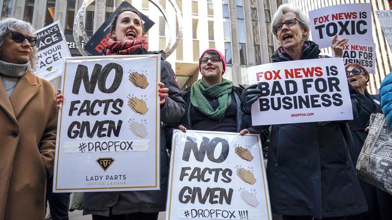 محتجون على قناة فوكس نيوز خارج مبناها في نيويورك. أ.ف.ب