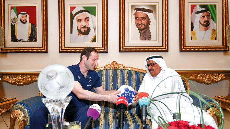 حمدان بن راشد يهدي كرة النصر إلى حارس أرسنال بيتر تشيك.