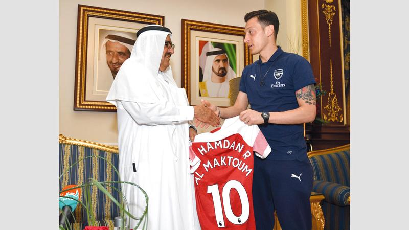 حمدان بن راشد يتسلم قميص أرسنال من مسعود أوزيل.