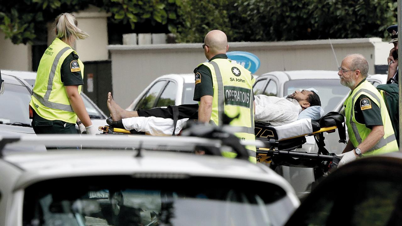 موظفو الإسعاف ينقلون مصاباً في حادثة إطلاق النار في نيوزيلندا. أرشيفية