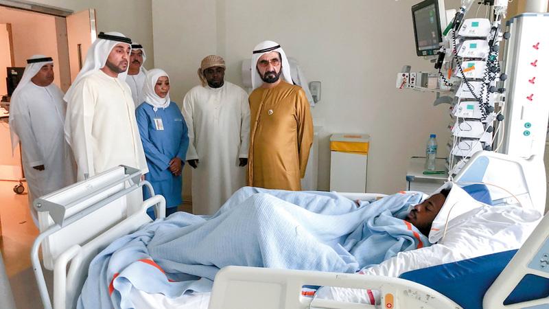 محمد بن راشد خلال زيارته للاعب الجزيرة أحمد ربيع في مستشفى راشد. الإمارات اليوم