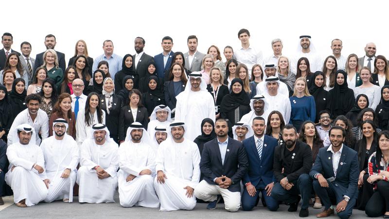 محمد بن زايد يتوسط أعضاء اللجنة العليا والمنظمين للأولمبياد الخاص «أبوظبي 2019». وام