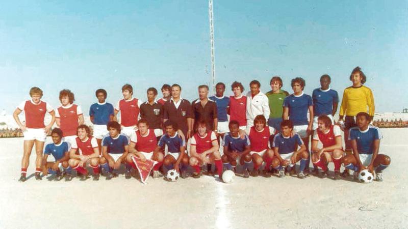 صورة جماعية للاعبي النصر وأرسنال عام 1976. أرشيفية