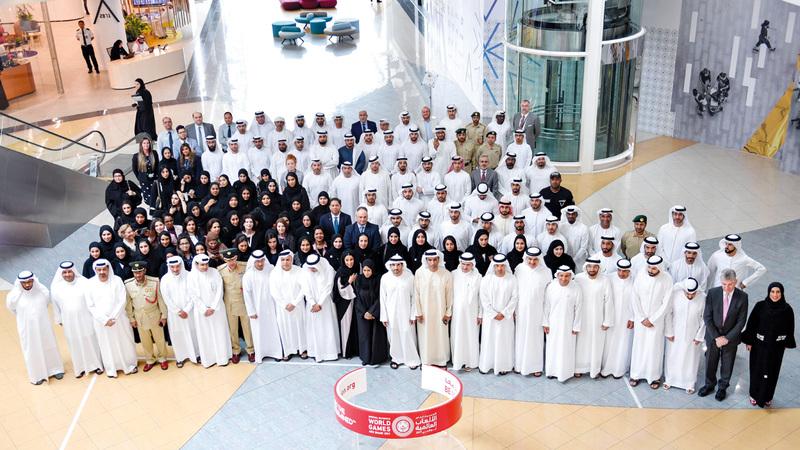 حمدان بن محمد خلال تكريمه الجهات الداعمة لبرنامج المدن المضيفة. الإمارات اليوم