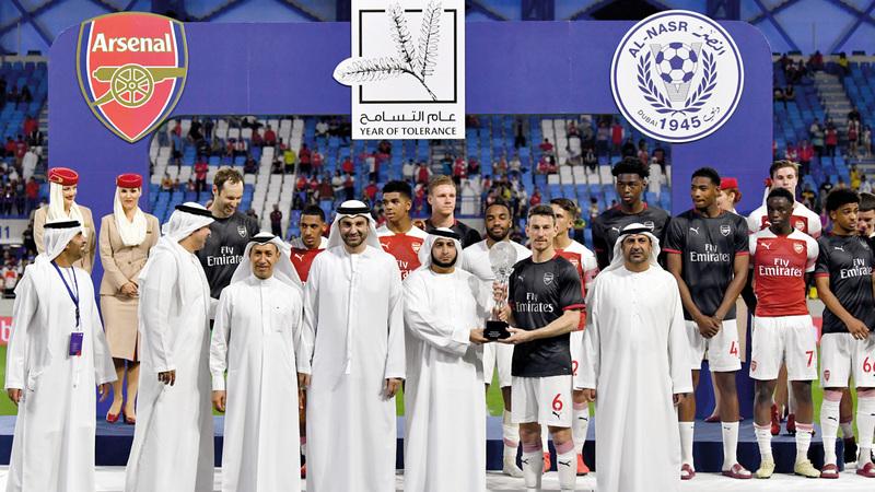 راشد بن حمدان يتوج فريق أرسنال بكأس المباراة الودية. تصوير: أسامة أبوغانم