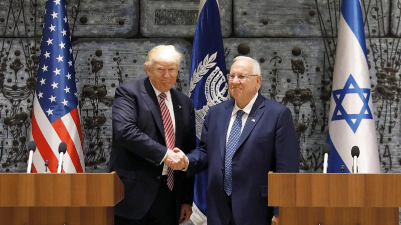 ترامب يصافح الرئيس الإسرائيلي رؤوفين ريفلين. أ.ف.ب