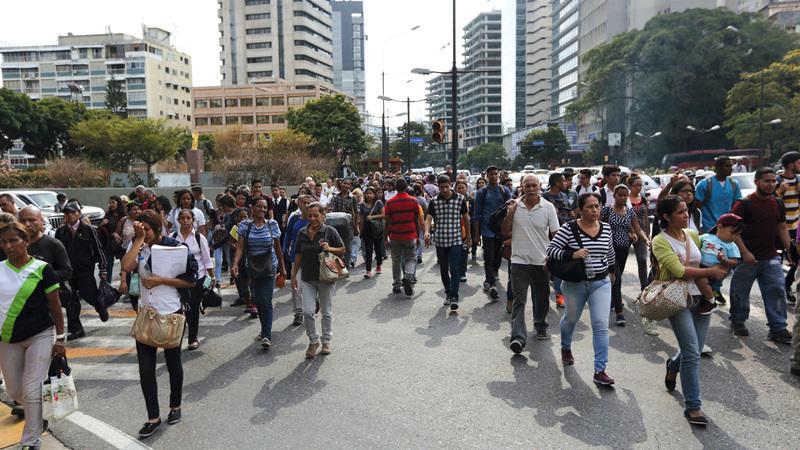 المئات اختاروا السير على أقدامهم عوضاً عن وسائل النقل.  أ.ب