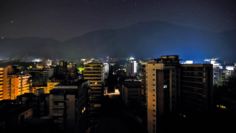 الظلام يغطي جزءاً كبيراً من العاصمة كراكاس.  أ.ف.ب