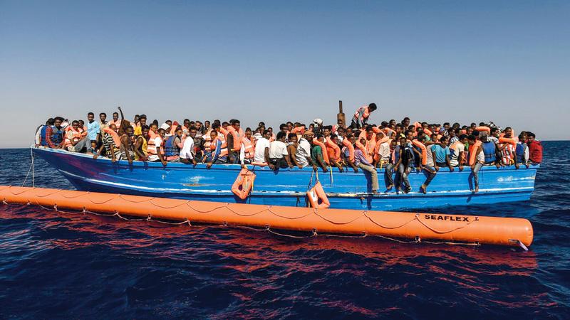 مهاجرون في انتظار النزول من سفينة الإنقاذ في ميناء كاتانيا بصقلية بعد يومين من إنقاذهم من عرض البحر.  من المصدر