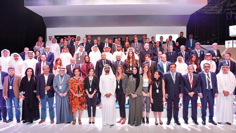 محمد بن راشد يتوسط القيادات الإعلامية العربية والعالمية المشاركة في منتدى الإعلام العربي.  من المصدر