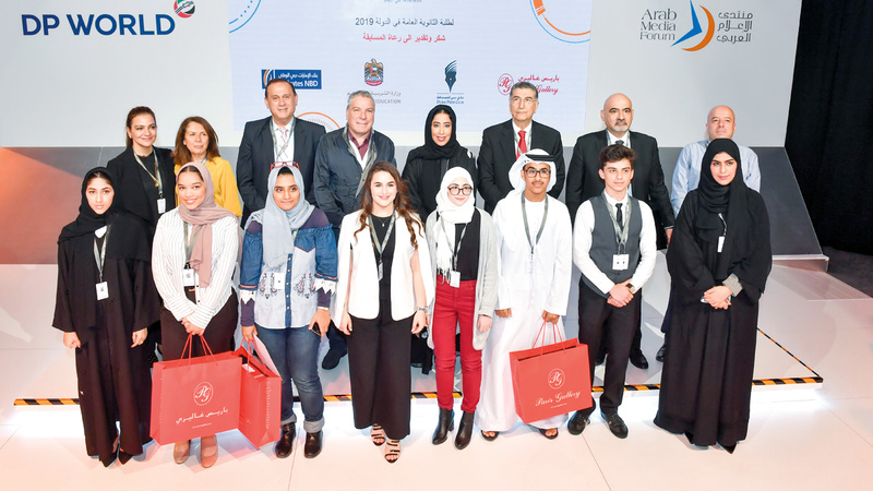 المري وجابر يتوسطان الطلبة الفائزين بالجائزة.  من المصدر
