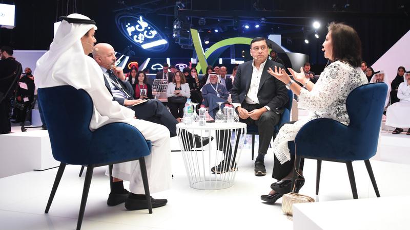 المشاركون أكدوا عدم وجود قيم حاكمة لما يعرض على «التواصل» الحديثة.  تصوير: أسامة أبوغانم