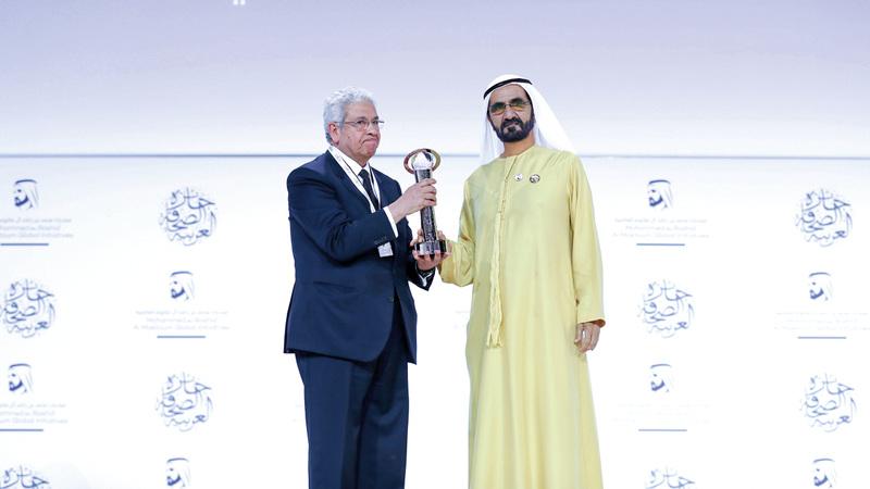 محمد بن راشد يقدّم جائزة «العمود الصحافي» إلى عبدالمنعم سعيد. من المصدر