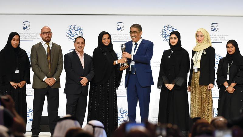 ضياء رشوان يسلّم صحيفة «البيان» جائزة «الصحافة الذكية». من المصدر